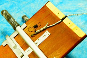 Верхняя деревянная планка профилактора Евминова снята, в разрезе видно как приспособлен капроновый канат.